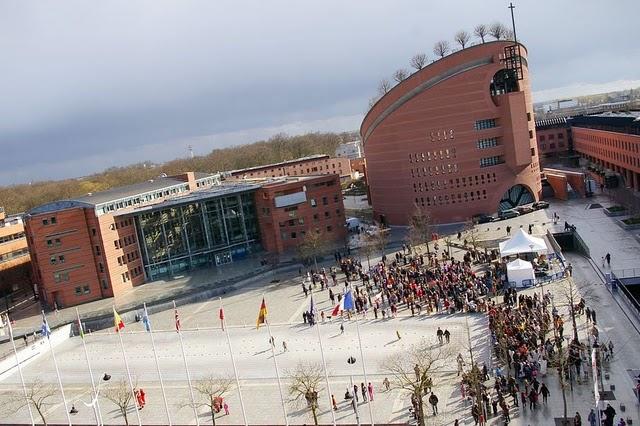 Evry Daily Photo - Carnaval Evry 2009 - Arrivee des corteges - Place des droits de l homme et la cathedrale de la resurection 1