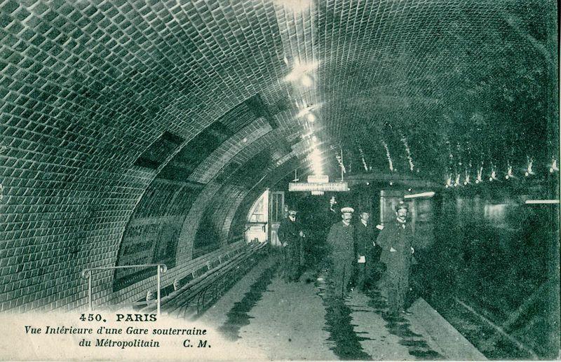 CM_450_-_PARIS_-_Vue_int%C3%A9rieure_d%27une_gare_souterraine_du_M%C3%A9tropolitain